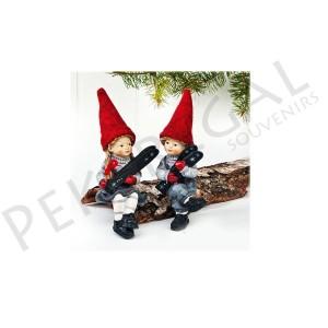 Figuras niños sentados con esquís