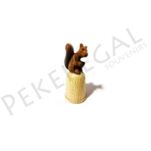 Dedal de madera figura ardilla