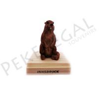 Figura marmota con base de madera
